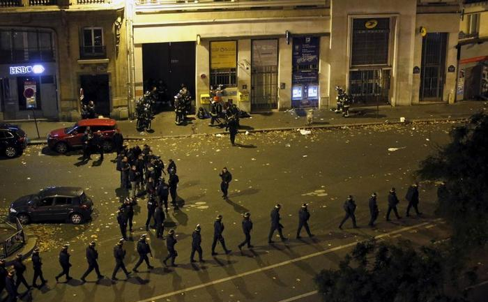 Poliţia franceză patrulează în apropiere de sala de concerte Bataclan, după atacurile teroriste din noaptea de 13 spre 14 noiembrie 2015.