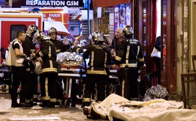 Echipele de salvare sunt prezente în districtul 10 din Paris după atacurile teroriste, 13 noiembrie 2015.