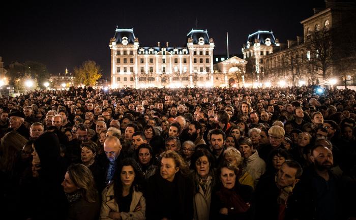 Francezi în faţa catedralei Notre Dame comemorează victimele atentatelor din Paris, 15 noiembrie 2015