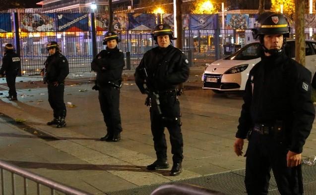 Poliţia franceză securizează Stade de France după atacurile teroriste din 13 noiembrie 2015.
