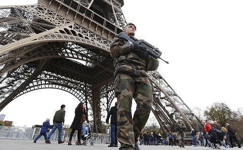 Soldaţi francezi patrulează lângă Turnul Eiffel din Paris, 14 noiembrie 2015.