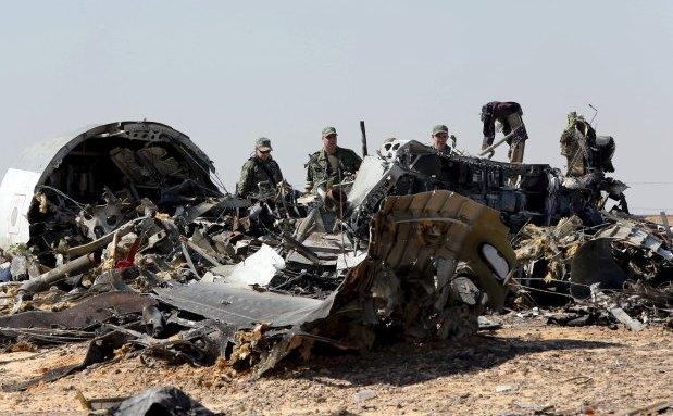 Investigatori militari ruşi examinează în 1 noiembrie 2015 rămăşiţele avionului de pasageri rusesc doborât deasupra peninsulei egiptene Sinai.