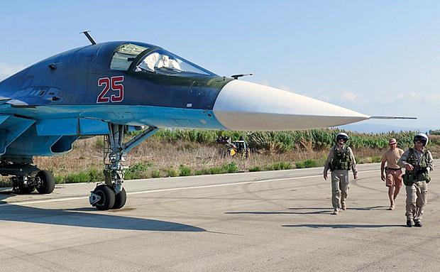 Piloţii ruşi ai bombardierului Su-34 îşi verifică avionul înainte să decoleze de la baza aerianaă siriană Hmeymim, de lângă Latakia, Siria.