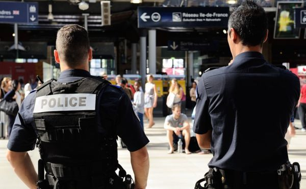 Poliţişti francezi patrulează în staţia de tren Gare du Nord din Paris.