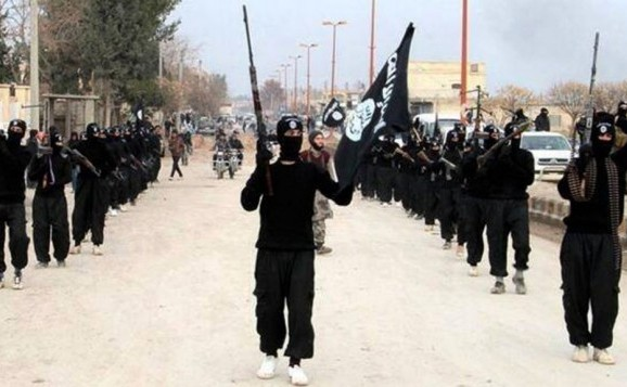 Membri ai grupului jihadist Statul Islamic defilează în oraşul sirian Raqqa.