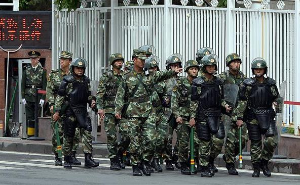 Poliţia paramilitară chineză patrulează pe o stradă din Urumqi, capitala regiunii vestice chineze Xinjiang, 23 mai 2014.