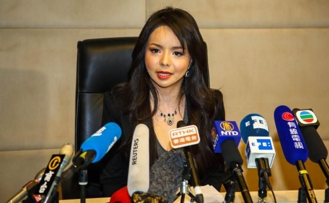 Anastasia Lin, Miss World Canada, participă la o conferinţă de presă la Hong Kong Regal Airport Hotel.
