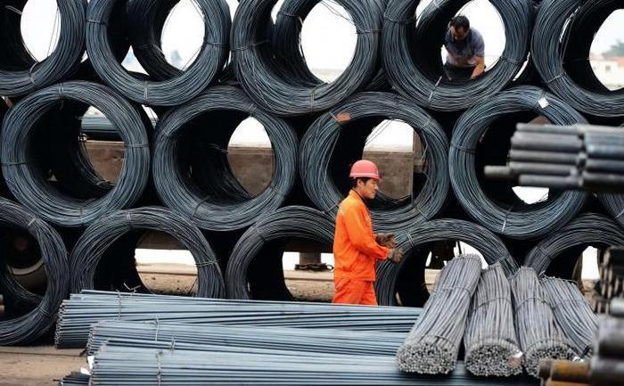 În fotografie, doi muncitori lucrează la o oţelărie în Qingdao, provincia Shandong, 15 iunie 2013.