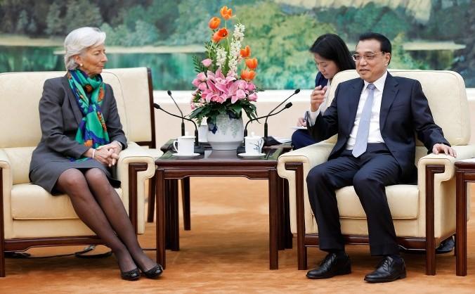 Vicepremierul chinez Li Keqiang (dr) discută cu şefa FMI Christine Lagarde în Beijing, 23 martie 2015.