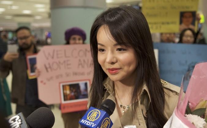 Miss World Canada, Anastasia Lin, la întoarcerea în Canada, după ce a stat o săptămână în Hong Kong, fiindu-i refuzată intrarea în China