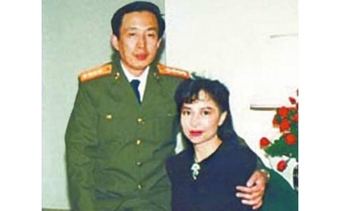 Luo Yu (st), fiul fostului general revoluţionar Luo Ruiqing şi răposata sa soţie (dr), fosta actriţă şi femeie de afaceri din Hong Kong Tina Leung, într-o fotografie nedatată.