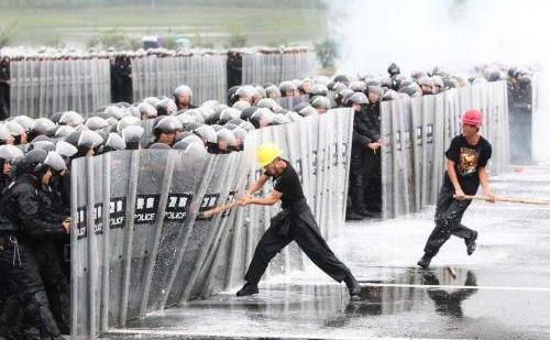 Ciocniri violente între trupe speciale de poliţie şi muncitori, China, arhivă