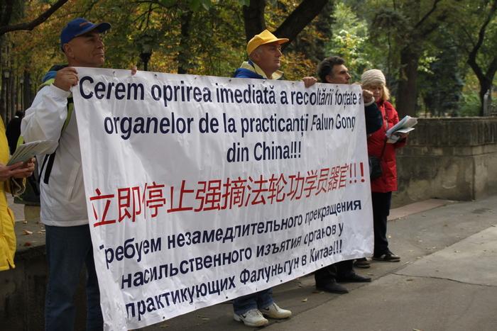 Practicanţii Falun Gong din Moldova protestează împotriva recoltării de organe în China