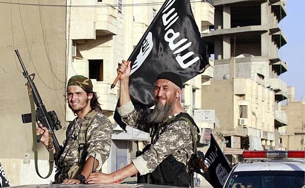 Luptători ai Statului Islamic în oraşul sirian Raqqa.