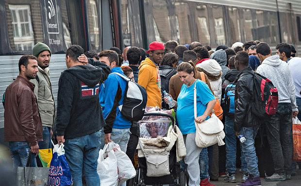 Refugiaţi, în principal din Siria, aşteaptă să se urce într-un tren spre Suedia în staţia Padborg din Danemarca.