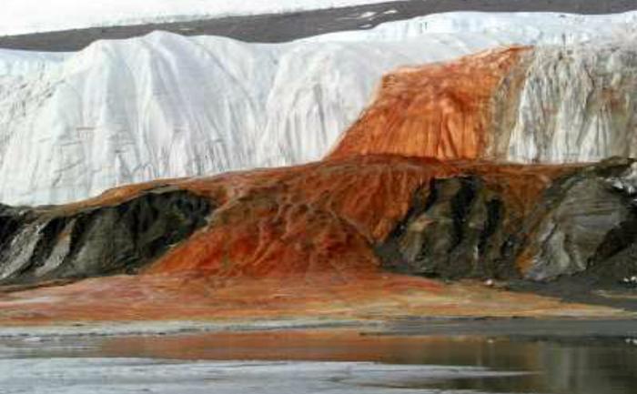 Concentraţia mare de fier îngropat sub masivul gheţar Taylor, din Antarctica, produce un curios şi spectacular efect de sângerare.
