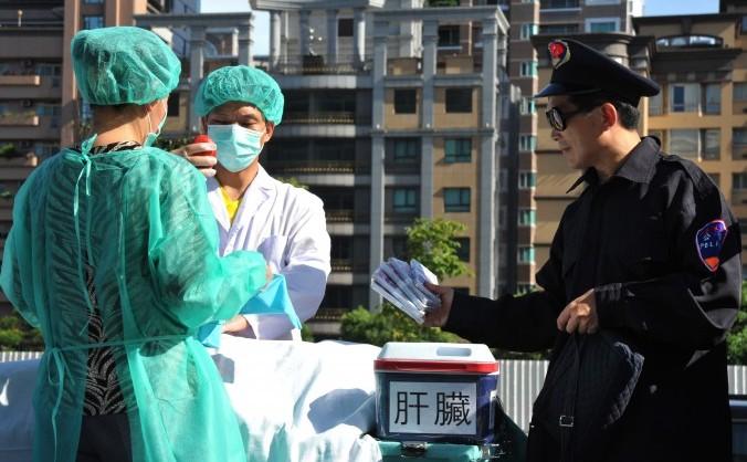 Practicanţi Falun Gong pun în scenă modul în care medicii militari chinezi fură organe în lagărele de muncă ale Chinei. Taipei 20 iulie 2014