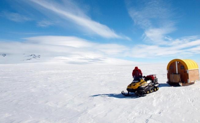 Andrew Lloyd a călătorit cu snowmobilul peste 1600 de km, dormint într-un cort de tip Scott (montat pe schiuri)