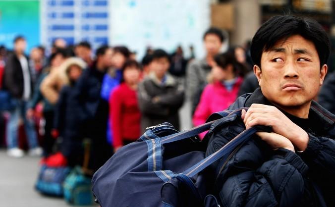 Un muncitor migrator la Gara de Vest din Beijing.