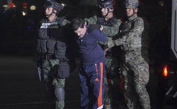 Traficantul de droguri El Chapo este escortat într-un elicopter pe aeroportul din Mexico City în 8 ianuarie 2016, după recapturarea sa.