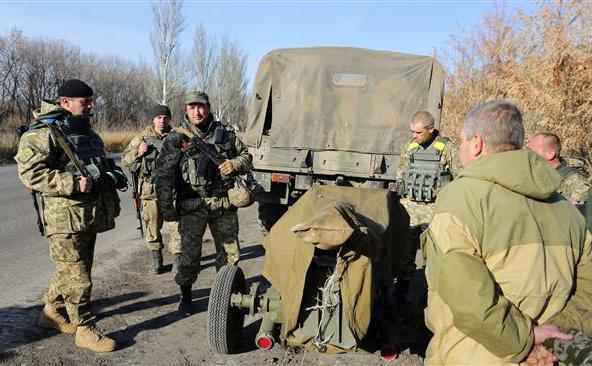 Soldati ucraineni în satul Peski, regiunea Doneţk, 7 noiembrie 2015.