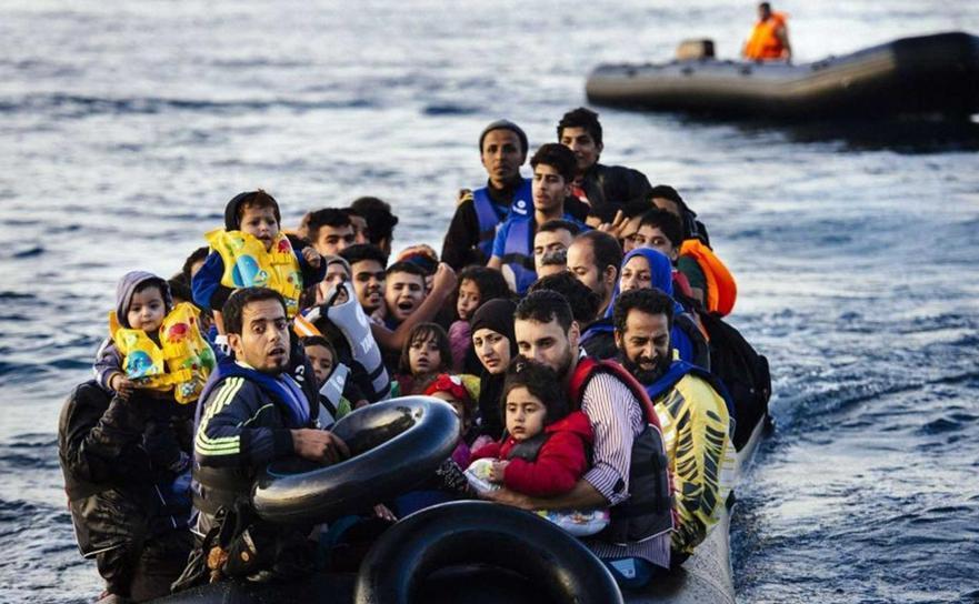 Ambarcaţiune cu refugiaţi se îndreaptă spre insula elenă Lesbos.