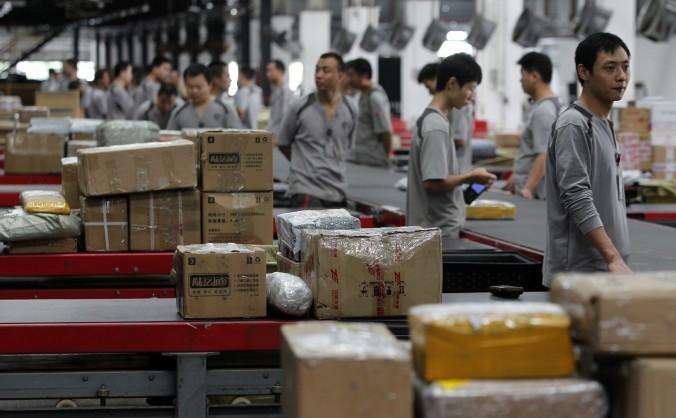 Muncitorii distribuie pachete la S.F. Express în Shenzhen,  China, 11 noiembrie 2013.