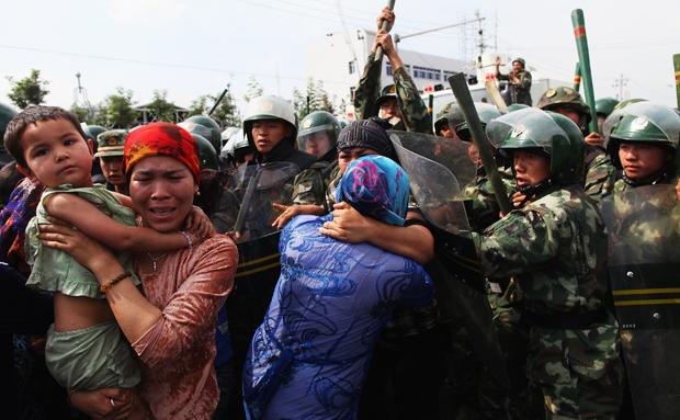 Soldaţi chinezi dispersează manifestanţi uiguri în regiunea Xinjiang,  China.