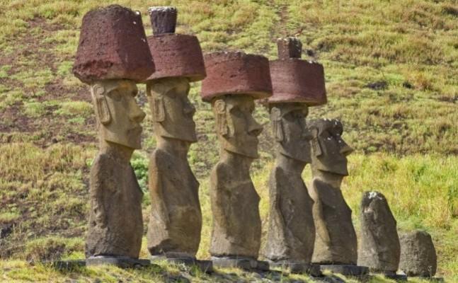 """Statuile """"moai"""" din Insula Paştelui cu """"pukao"""" (pălărie) pe cap"""