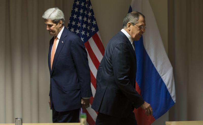 Secretarul de stat american John Kerry (st) şi ministrul rus de externe Serghei Lavrov se îndreaptă spre locurile lor în timpul întâlnirii lor din Zurich, 20 ianuarie 2016.