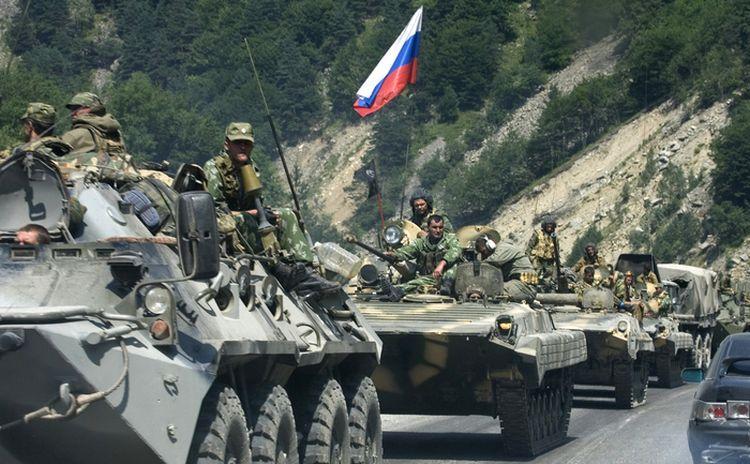 Blindate ruseşti în Valea Ardon, Rusia, se îndreaptă spre graniţa georgiană şi Osetia de Sud, 9 august 2008.