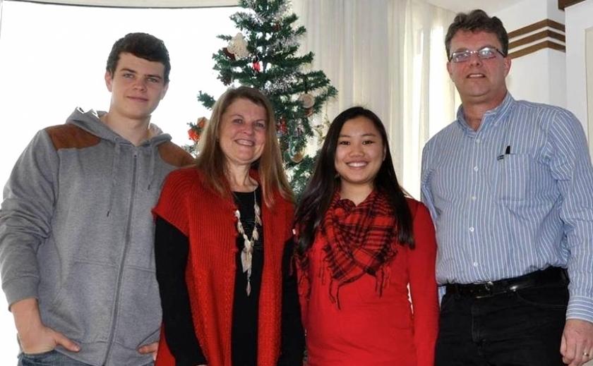 Kevin Garrat (capăt dreapta), soţia sa Julia şi doi dintre cei trei copii ai lor, Peter şi Hannah.