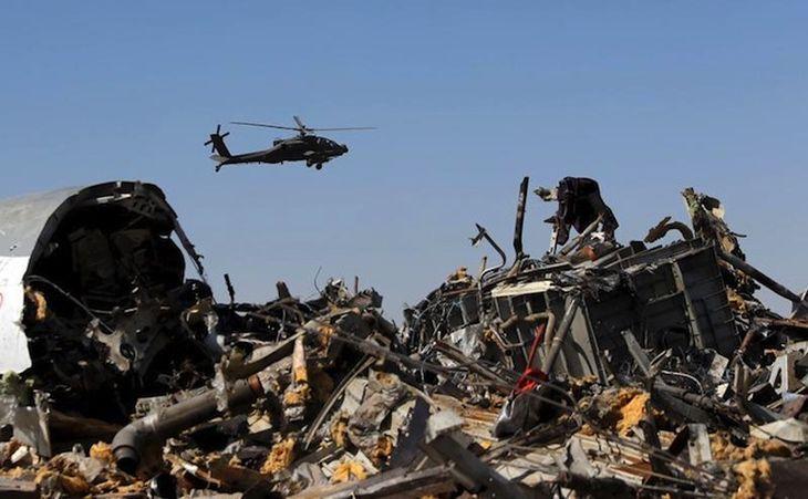 Un elicopter militar egiptean zboară deasupra rămăşiţelor unui avion de pasageri rusesc prăbuşit în zona Hassana, nordul Egiptului, 1 noiembrie 2015.