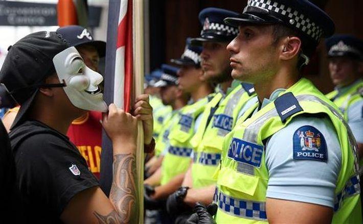 Un mainfestant confruntă poliţia în timpul unui protest anti-TPP în Auckland, 4 februarie 2016.