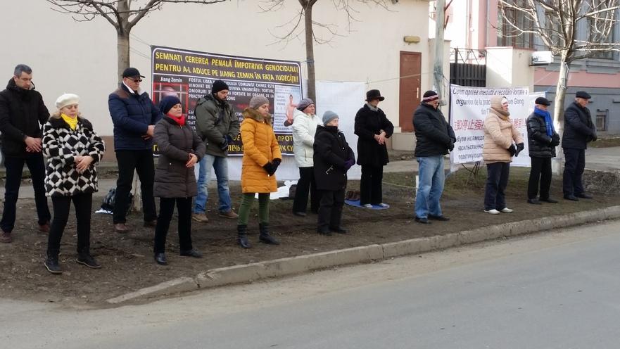 Practicanţi Falun Gong în faţa ambasadei chineze de la Chişinău