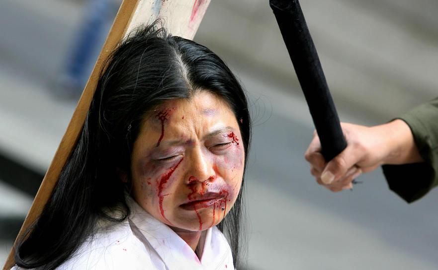 PUNERE ÎN SCENĂ a torturilor la care sunt supuşi aderenţii Falun Gong în China, de către Partidul Comunist. Sydney, 2006