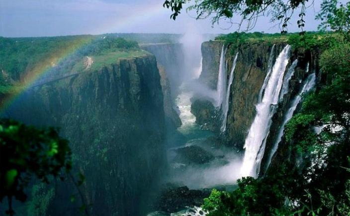 Cascada Victoria se găseşte pe cursul fluviului african Zambezi, la graniţa dintre Zimbabwe şi Zambia, între oraşele Victoria Falls şi Livingstone, fiind declarată de UNESCO, în 1989, monument al naturii. Este una dintre cele mai înalte cascade din lume (cea mai înaltă fiind cascada Angel din Venezuela).