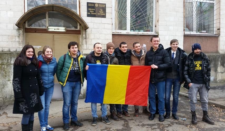 George Simion cu câţiva susţinători la Judecătoria Centru de la Chişinău