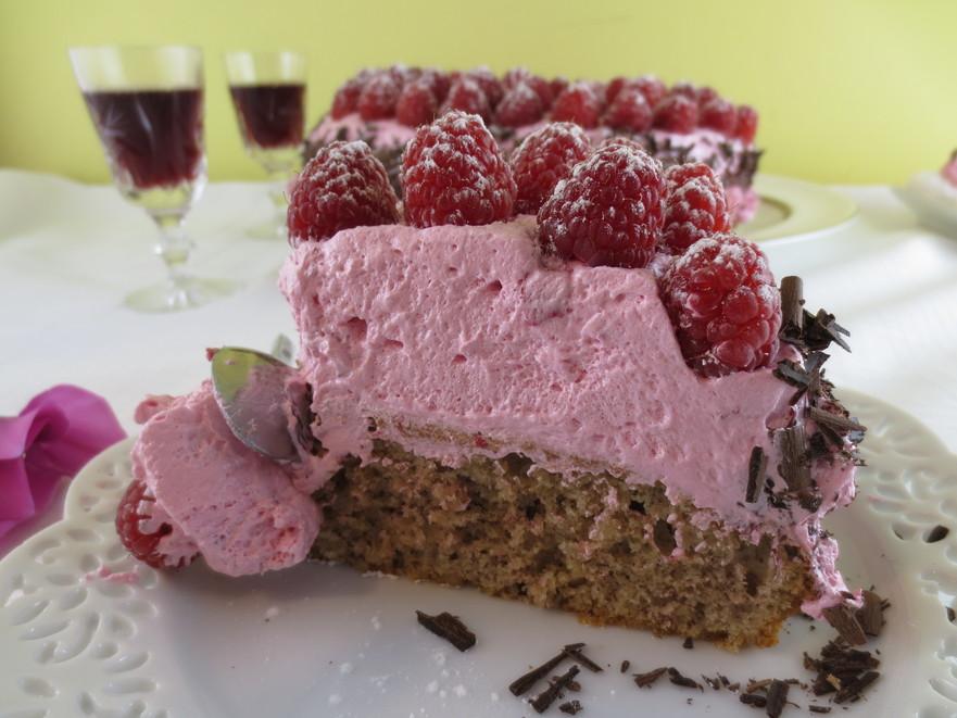 Prăjitură cu nucă şi spumă din dulceaţă de trandafiri