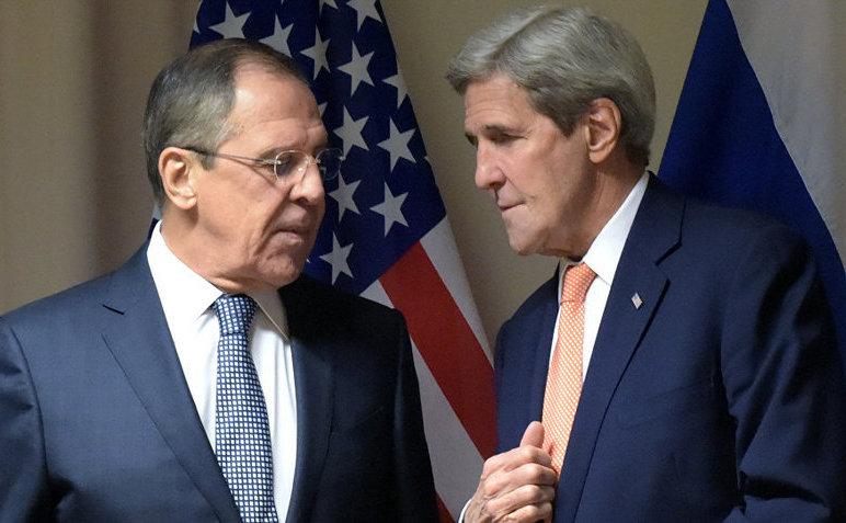 Ministrul rus de externe Serghei Lavrov (st) şi secretarul de stat american John Kerry.