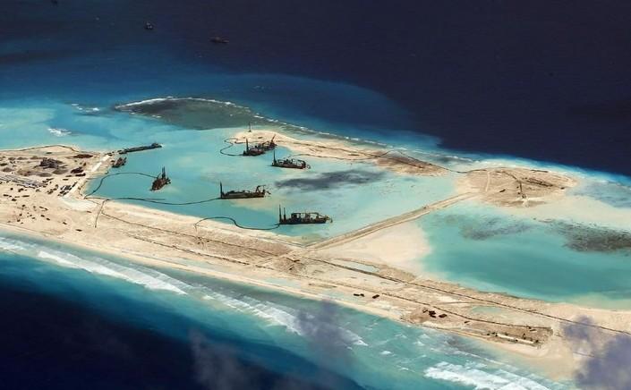 Nave chineze participă la activităţi de construire a unei insule artificiale în Marea Chinei de Sud.
