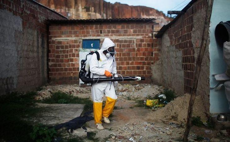 Un muncitor stropeşte cu substanţe chimice împotriva ţânţarilor în Recife, Brazilia.