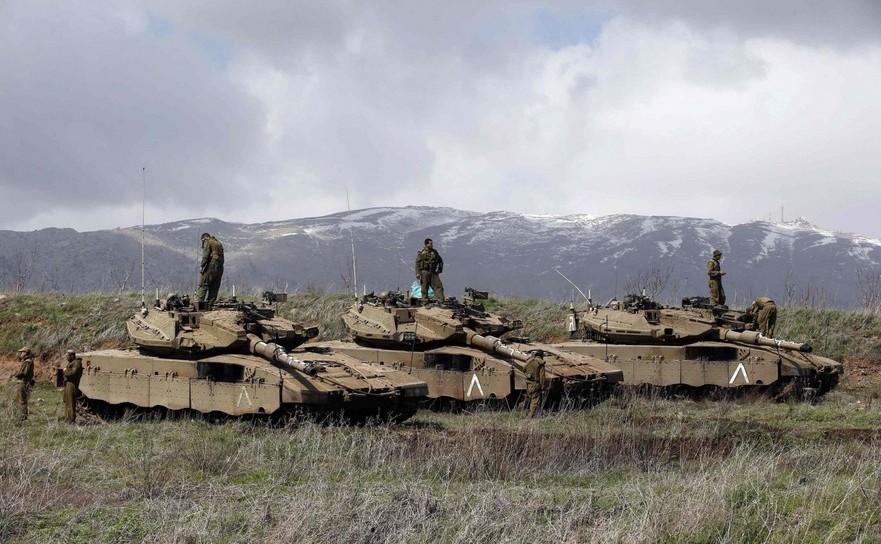 Soldaţii israelieni stau pe tancurile lor în regiunea Înalţimile Golan, în apropiere de graniţa dintre Israel şi Siria.