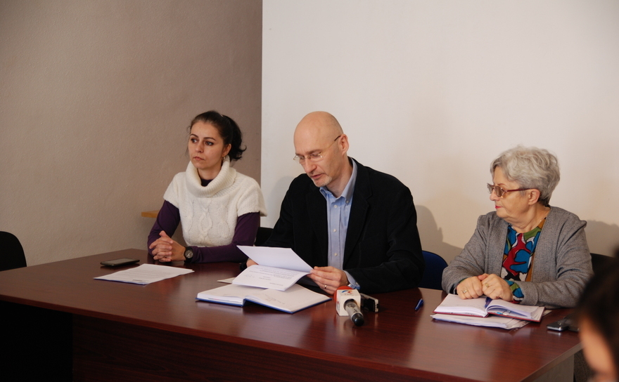 Reprezentanţii Societăţii Timişoara: Alin Gavreliuc  (vicepreşedinte),  Piroska Bogdan (secretar executiv al consiliului de     conducere) şi  Anca Florescu (avocat şi membru) în timpul conferinţei de presă