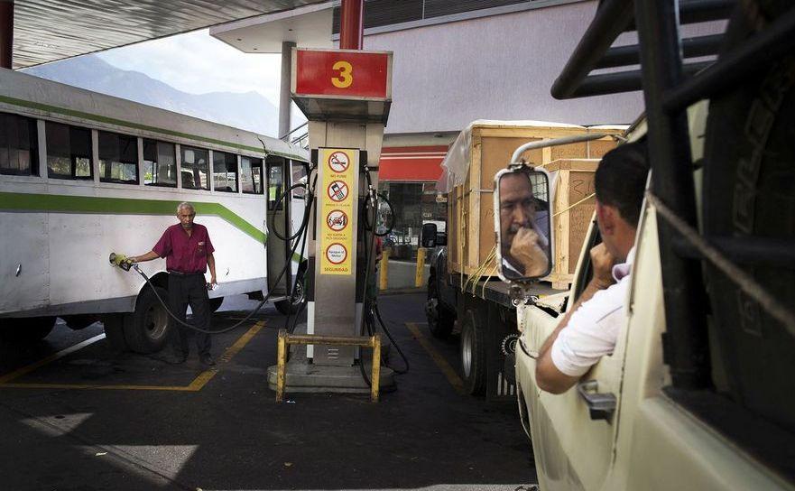 Clienţi la o benzinărie PDVSA în Caracas, Venezuela, 11 februarie 2016.