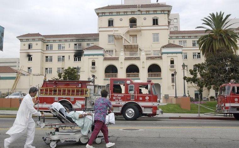"""Un pacient este evacuat după un incendiu la Hollywood  Presbyterian Medical  Center în 22 iulie 2003. FBI a declarat în 17 februarie 2016 că investighează un atac de tip """"ransomware"""" asupra reţelei de calculatoare a spitalului."""