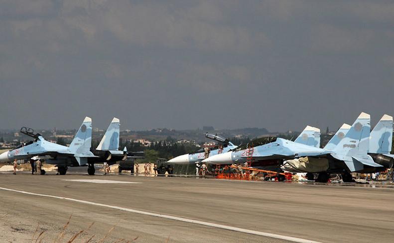 Avioane ruseşti Su-30 la baza aeriană Khmeimim din Siria.