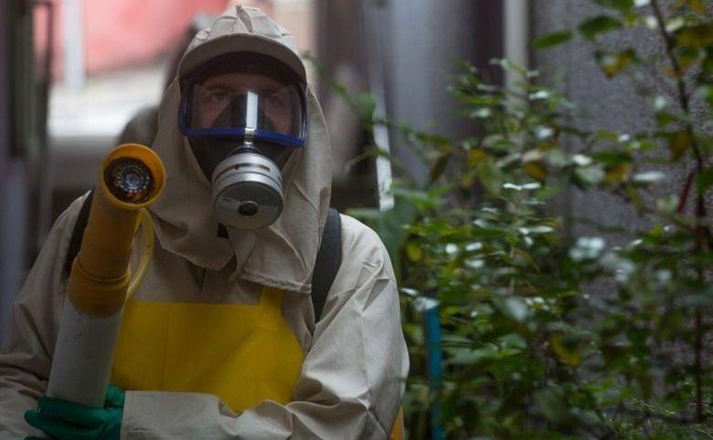 Un muncitor stropeşte cu pesticide împotriva ţânţarilor în cartierul Butanta din Sao Paulo, Brazilia, 29 ianuarie 2016.