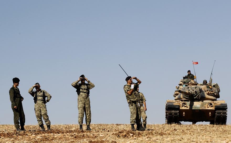 Soldaţi turci în apropiere de graniţa turco-siriană, în districtul Suruc.