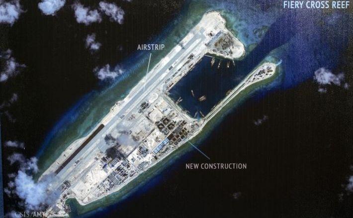 O insulă pe care China o construieşte în Reciful Fiery Cross din Marea Chinei de Sud.
